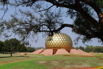 Goldene Kuppel im Park mit grünen Wiesen