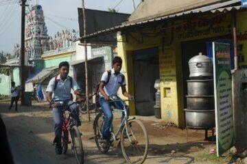 Zwei einheimische Jungen auf dem Fahrrad