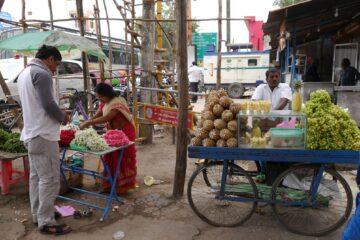 Stände mit Ananas und anderem Obst