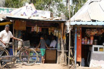 Kiosk mit Jungem an Theke und einheimischem verkäufer