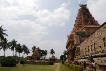 Seitenansicht Tempelbau und Allee