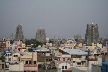 Drei Tempelgebäude umgeben von Häusern
