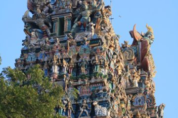 Gemalte Skulpturen an Tempelbau