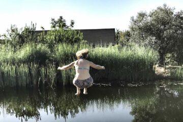 Sprung in den Schwimmteich
