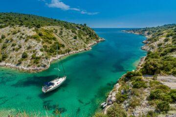 Türkisblaue Bucht mit Boot
