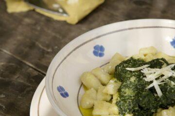 Teller mit Pasta und Pesto