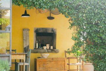 Gelbe Wand mit Efeuberankung