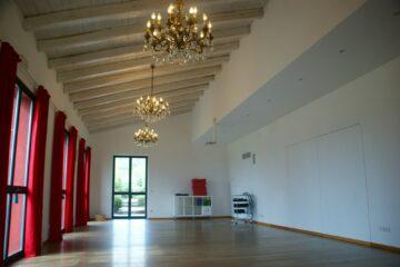 Raum mit Kerzenlüstern und roten Vorhängen