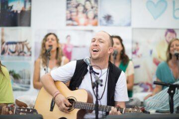 Seminarleiter singt mit Gitarre