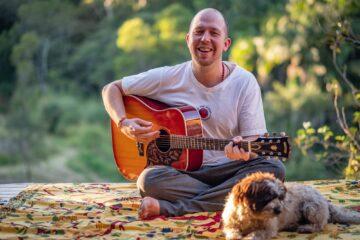 Johannes mit der Gitarre