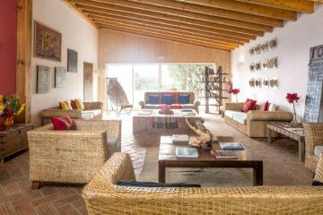 Raum mit Sofas und Tischen
