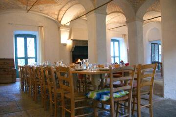 Tafel mit Stühlen unter Gewölbe