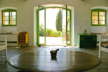 Yogaraum mit Klangschale und Blick zum Hof