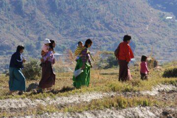 Frauen mit Kindern wandern Hügelkamm entlang