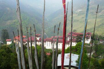Blick durch Gebetsstangen auf Kloster