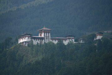Kloster auf grünem Hügel aus der Nähe