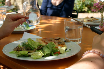 Menschen am Tisch, die essen