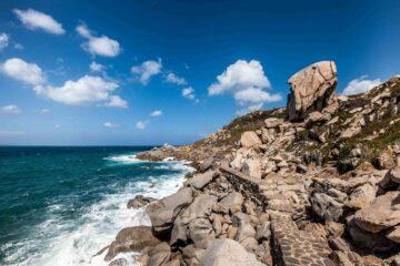 Felsküste und blaues Meer