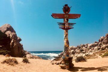 Martepfahl im Sand an Küste
