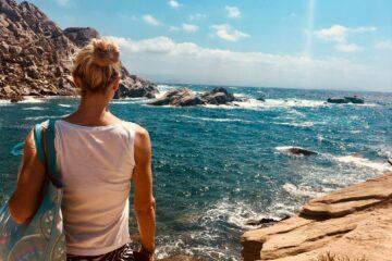 Frau blickt über Bucht