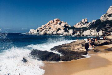 Gruppe am Strand mit Meeresgischt