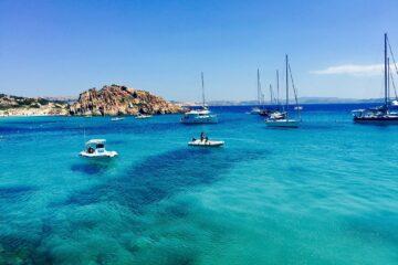 Türkisblaue Bucht mit Segelbooten