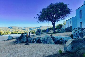 Sand mit Haus und Baum in kühles Blau getaucht