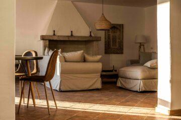 Sofa und Sessel vor Kamin