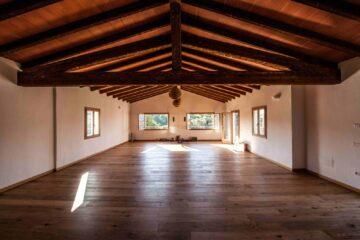 Großer Raum mit Parkett und Holzgiebeldach