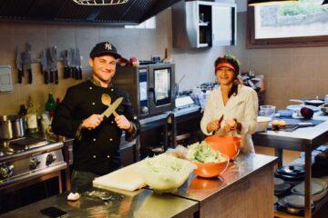 Koch und Frau an Küchentheke beim Vorbereiten