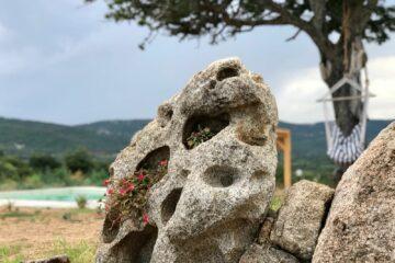 Stein mit runden Vertiefungen