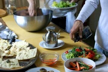 Tisch mit Schüsseln mit Salat und Rohkost