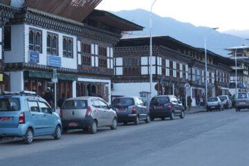 Straßenzeile mit Häusern und Autos