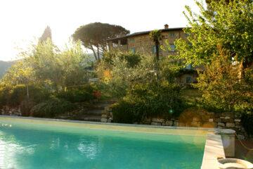 Türkisgrüner Pool und Fassade der Villa