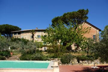 Blick auf Villa und Pool im Garten