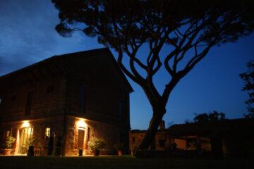 beleuchtete Villa unter dem Nachthimmel
