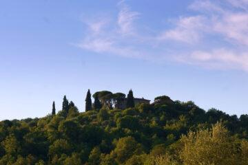 Toskanische Villa auf Hügel mit Zypressen