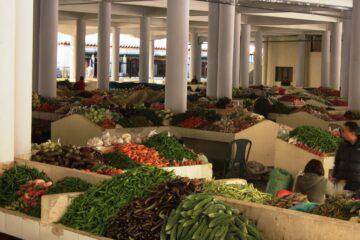 Halle mit Gemüse an Ständen