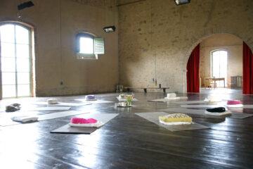 Yogamatten im Kreis in großem Steingemäuer