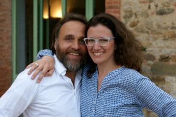 Portrait von Marco und Svenja Arm in Arm