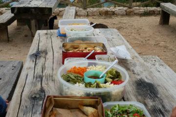 Holztische mit Schüsseln mit Salat