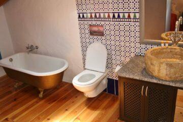 WC und Badewanne mit marokkanischen Fliesen