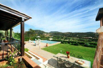 Ausblick über Anlage mit Garten und Pool