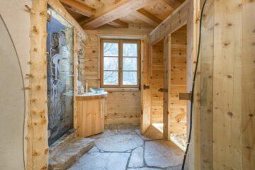 Saunabereich aus Holz mit Fenster