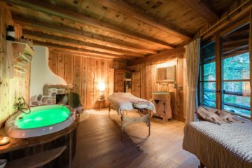 Raum mit Massageliege und grüner Poolbadewanne