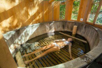 Frau treibt in mega-Badewanne