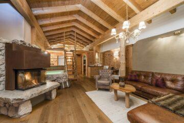 Zimmer mit Ledersofa, Holz und Kamin