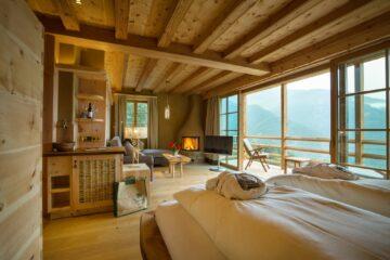 Zimmer mit Bett und Panoramafenster