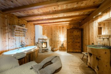 Raum mit Massageliegen und Badewanne