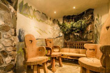 Holzstühle und Sofa